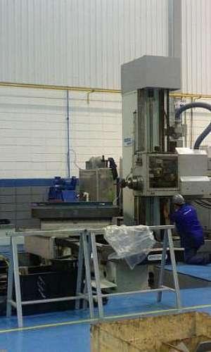 Serviço de manutenção de máquina de usinagem